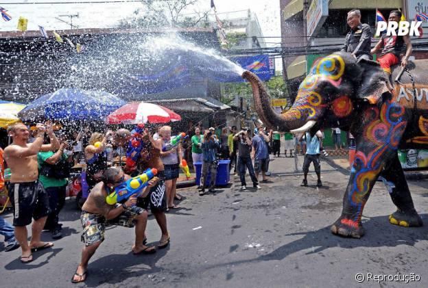 Festival de Água de Songkran, Tailândia. Um dos melhores reveillons do mundo, com uma festa idosos e adultos podem voltar a ser crianças