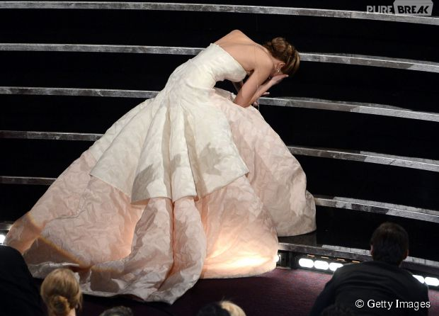 Jennifer Lawrence tomou um tombo vergonhoso no Oscar 2013