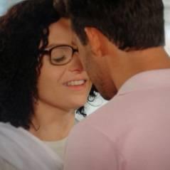 """Novela """"Alto Astral"""": Scarlett (Monica Iozzi) desmarca encontro e Ricardo vai atrás de Cidinha"""