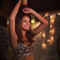 """Bruna Marquezine conta estar ansiosa para estreia do filme """"Breaking Through"""""""