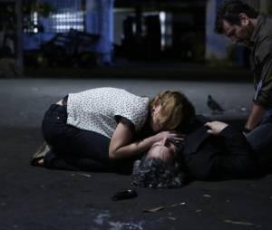 """Em """"Império"""", Cristina (Leandra Leal) e Josué (Roberto Birindelli) choram sob o corpo de José Alfredo (Alexandre Nero)"""