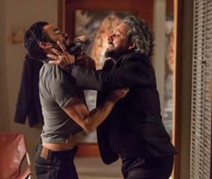 """Em """"Império"""", José Alfredo (Alexandre Nero) e José Pedro (Caio Blat) brigam feio dias antes do assassinato"""