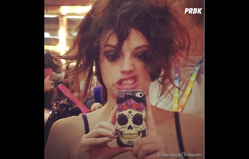 Em clique do Halloween, Agatha Moreira aparece com cabelo bagunçado