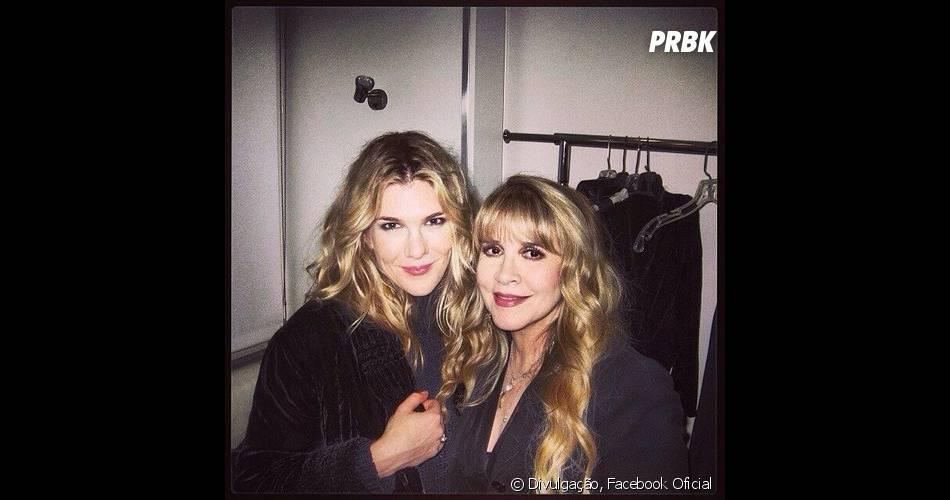 """Stevie Nicks posa com Lily Rabe, a intérprete de Misty, nos bastidores de""""American Horror Story: Coven""""!"""