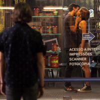 "Novela ""Malhação"": Karina (Isabella Santoni) e Cobra se beijam e Pedro (Rafael Vitti) vê tudo! OMG!"
