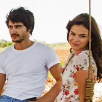 """Bruna Marquezine e Guilherme Leicam vivem amor impossível na novela """"Em Família"""""""