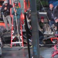 """Ryan Reynolds, de """"Deadpool"""", é atirado em direção a carro em novo vídeo de bastidores. Veja!"""