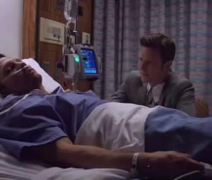 """Em """"Revenge"""", Nolan (Gabriel Mann) faz companhia para Jack (Nick Wechsler) no hospital"""