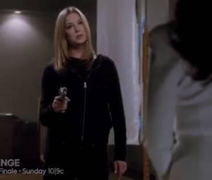 """Em """"Revenge"""", Emily (Emily VanCamp) conversa com Victoria (Madeleine Stowe) segurando uma arma"""