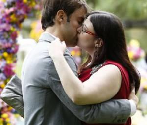 "Em ""Alto Astral"", Israel (Kayky Brito) dá beijão em Bia (Raquel Fabbri)"