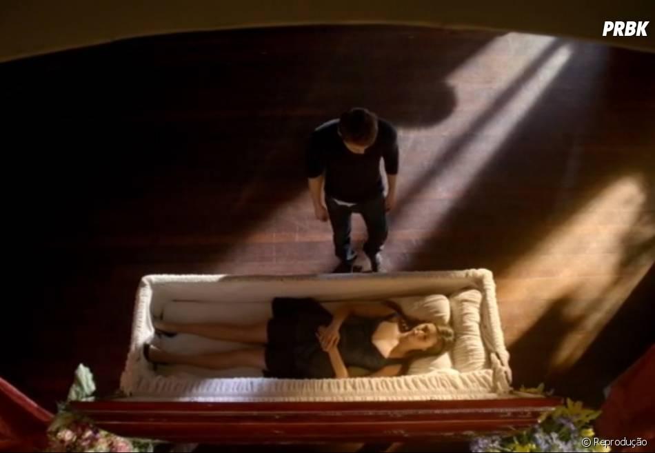 """Em """"The Vampire Diaries"""", Elena (Nina Dobrev) ficou dentro de um caixão até acordar"""