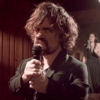 "Peter Dinklage, de ""Game of Thrones"", canta música sobre a série ao lado da banda Coldplay!"
