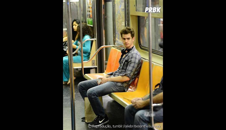 Andrew Garfield depois de um dia comprar, de boa, no metrô