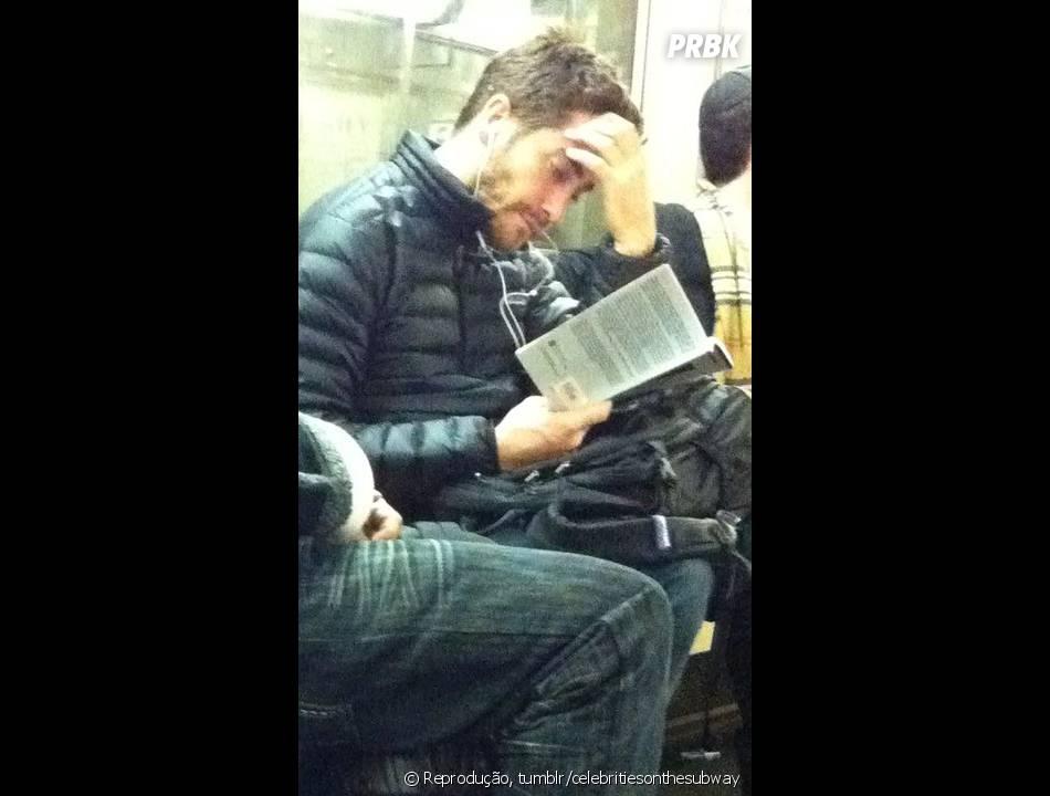 Jake Gyllenhaal no metrô enquando lê seu livro, com cara de quem não quer ser perturbado