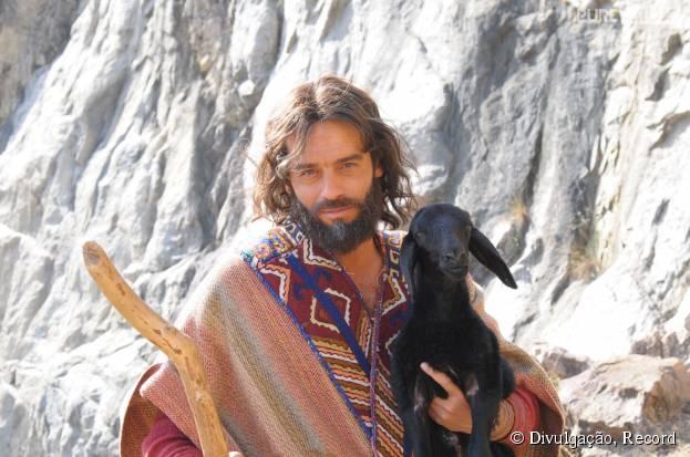 """Moisés (Guilherme Winter) recebe chamado de Deus ao perder ovelha em """"Os Dez Mandamentos"""""""