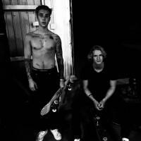 """Justin Bieber posa sem camisa com Cody Simpson após noite de skate: """"Literalmente mortos"""""""