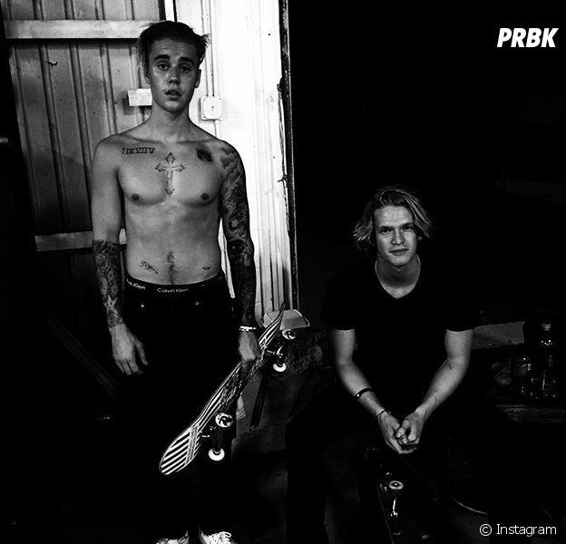 "Justin Bieber e Cody Simpson se unem para foto após noite de skate e intérprete de ""Confident"" aparece sem camisa"