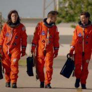 """One Direction lança clipe de """"Drag Me Down"""" sem Zayn Malik, mas com muita ação no espaço sideral!"""