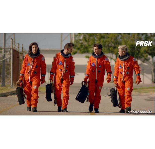 """Sem Zayn Malik, One Direction lança clipe de """"Drag Me Down"""" com muita ação no espaço sideral!"""