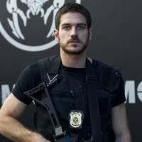 """Marco Pigossi, de """"A Regra do Jogo"""", sobre papéis de policial e piloto: """"Vestindo todos os fetiches"""""""