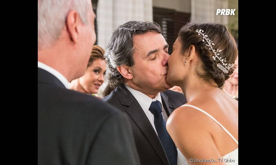 """Em """"Babilônia"""", Alice (Sophie Charlotte) e Evandro (Cássio Gabus Mendes) se casam em cerimônia super singela"""