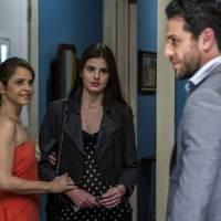"""Novela """"Verdades Secretas"""": Carolina quase pega Alex e Angel (Camila Queiroz) em momento íntimo!"""