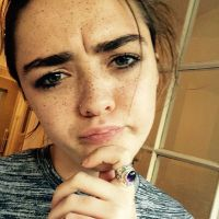 "Maisie Williams, de ""Game of Thrones"", vira youtuber e lança seu primeiro vídeo com Sophie Turner!"