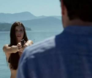 """Final de """"Verdade Secretas"""":Angel (Camila Queiroz) quer se vingar de Alex (Rodrigo Lombardi) e atira nele"""