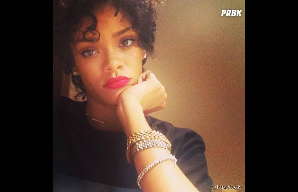 Rihanna aparece sem apliques e exibe cabelo natural no Instagram