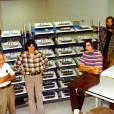 """Nas estantes, vários computadores """"Apple II"""" em processo de fabricação"""