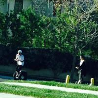 Juntos? Selena Gomez e Justin Bieber são flagrados passeando nas ruas da Califórnia