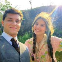 """Camila Queiroz e Klebber Toledo em """"Êta Mundo Bom"""": atores aparecem em foto nos bastidores da trama!"""