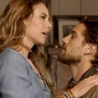 """Novela """"Além do Tempo"""": Melissa (Paolla Oliveira) ganha declaração de Felipe e Lívia vê tudo!"""