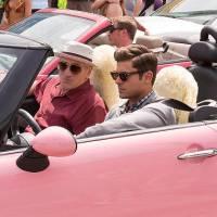 """Zac Efron e Robert De Niro aparecem no maior carrão em primeira foto de """"Dirty Grandpa"""". Veja!"""