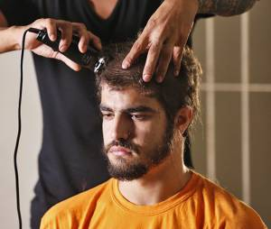 """Em """"I Love Paraisópolis"""", Grego (Caio Castro) vai aparecer na cadeia e de cabelo raspado!"""