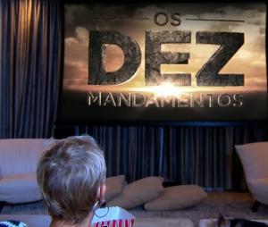 """Xuxa já confessou assistir """"Os Dez Mandamentos"""" em chamada do """"Programa Xuxa Meneghel"""", da Record!"""