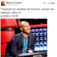 Adam Levine ficou careca e virou piada no usuário @bibliaemimagens no Twitter