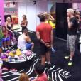 """Participantes se reunem na sala enquanto Valdirene (Tatá Werneck) é carregada do """"BBB14"""""""