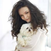 """Larissa Manoela, de """"Cúmplices de Um Resgate"""", posta foto em homenagem ao seu cachorrinho que morreu"""