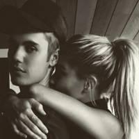 Justin Bieber e Hailey Baldwin agarradinhos em fotos de seu Revéillon no Instagram