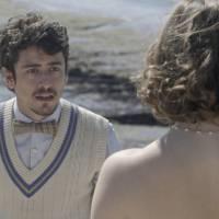"""Em """"Ligações Perigosas"""": Cecília (Alice Wegmann) tira a blusa na praia e surpreende Felipe!"""