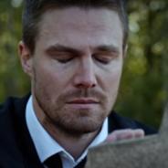 """Em """"Arrow"""": na 4ª temporada, Oliver sofre por morte misteriosa e tudo sobre o retorno da série!"""