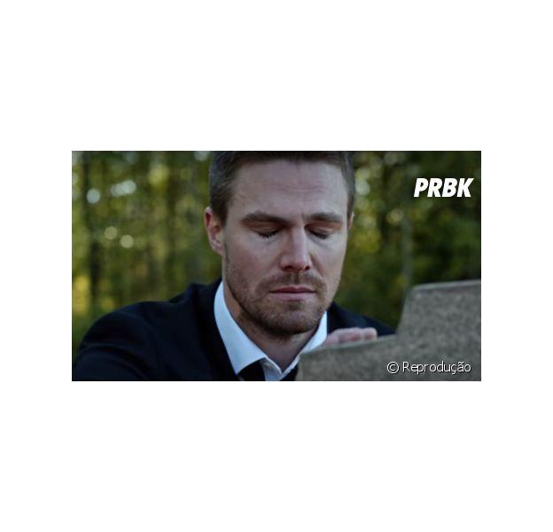 """Em """"Arrow"""", Oliver (Stephen Amell) sofre em frente a túmulo misterioso e mais do retorno!"""