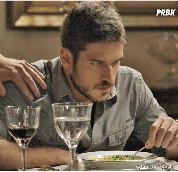 """Em """"A Regra do Jogo"""", Dante (Marco Pigossi) trata Romero (Alexandre Nero) com indiferença no jantar em família"""