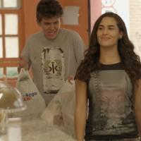 """Novela """"Malhação"""": Julia (Livian Aragão) obriga Artur a fazer todas as suas vontades!"""