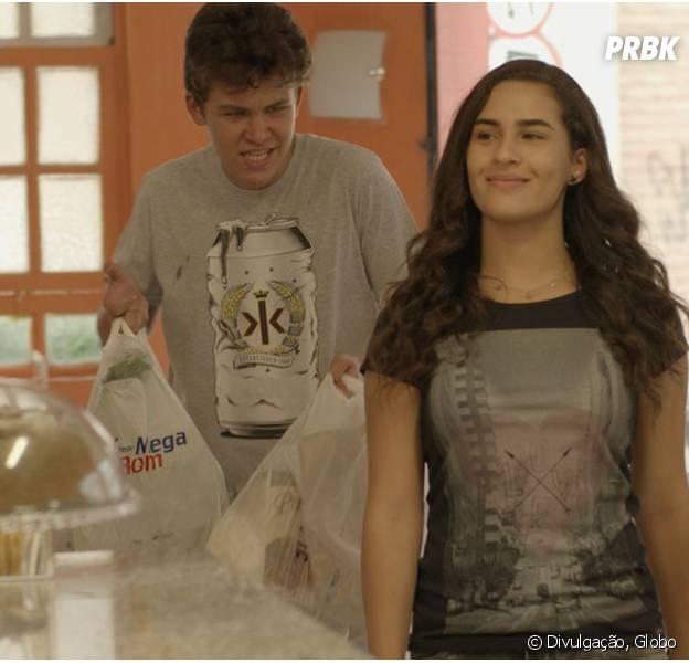 """Em """"Malhação"""", Artur (Gabriel Kaufmann) é obrigado a fazer todas as vontades de Julia (Lívian Aragão)!"""