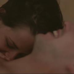 """Kristen Stewart e Nicholas Hoult, ex de Jennifer Lawrence, se beijam em trailer de """"Equals"""". Veja!"""