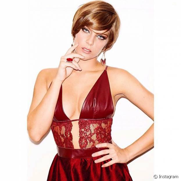 Isabella Santoni combina perfeitamente com o seu cabelo curto!
