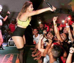 Lexa comemorou parte dos seus 21 anos cantando para os fãs. Ela arrasa!