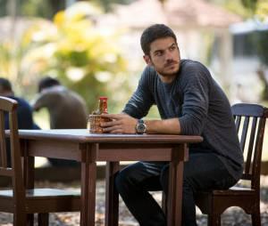 """Em """"A Regra do Jogo"""": Dante (Marco Pigossi) procura Lara (Carolina Dieckmann), mas se decepciona com resposta"""